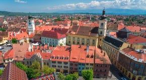 在大气大厦城市多云距离严重的中世纪现代罗马尼亚屋顶锡比乌天空之上那里有些尖顶 免版税图库摄影