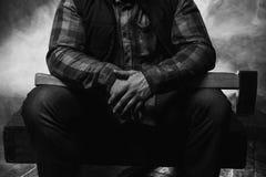 在大气烟的武装的axeman 危险男性 免版税库存照片