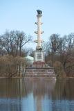 在大池塘多云4月下午的Cesme专栏 凯瑟琳公园, Tsarskoye Selo 免版税库存图片