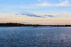 在大河的小波浪 免版税库存照片