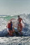 在大波浪的澳大利亚海浪救护设备 库存照片