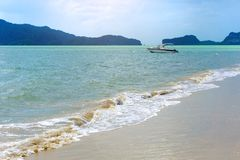 在大海和白色沙滩的小船在泰国海,沙敦府 免版税库存照片