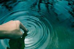 在大海浸洗的手 图库摄影