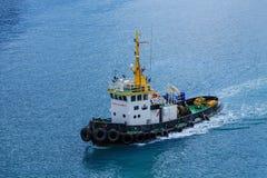 在大海的安全第一拖轮 免版税库存照片