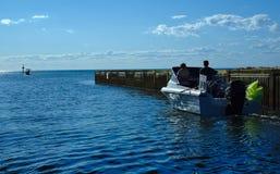 在大海的汽艇有蓝天背景 库存照片