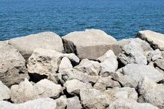 在大海的白色岩石 库存照片
