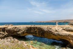 在大海的阿鲁巴自然桥梁 库存照片