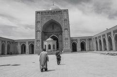 在大清真寺里面的老人 图库摄影
