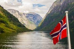 在大游轮的Traval从Flam港向斯塔万格,在晴朗的夏日,挪威 免版税库存照片