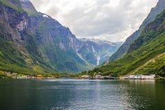 在大游轮的Traval从Flam港向斯塔万格,在晴朗的夏日,挪威 图库摄影