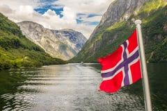 在大游轮的Traval从Flam港向斯塔万格,在晴朗的夏日,挪威 免版税图库摄影