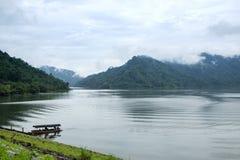 在大湖和美丽的山Scence的小游船 库存图片