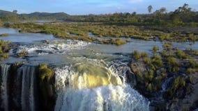 在大瀑布上的行动在河草丛 股票录像