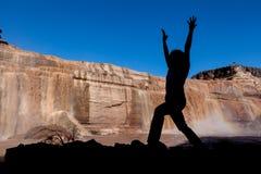 在大瀑布亚利桑那的瑜伽 免版税库存照片