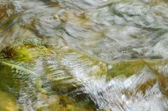 在大瀑布困住的河流动的叶子和做水飞溅 库存照片