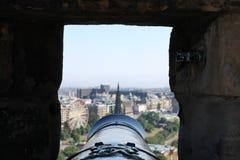 在大炮桶下的看法从爱丁堡城堡 图库摄影