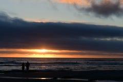 在大炮海滩的日落,在中央俄勒冈海岸 免版税库存照片