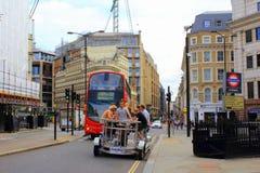 在大炮街道伦敦市英国上的脚蹬公共汽车滑稽的游览 免版税库存图片
