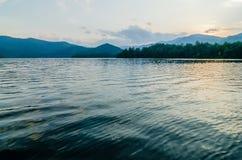 在大烟雾弥漫的山脉北卡罗来纳的湖santeetlah 库存照片