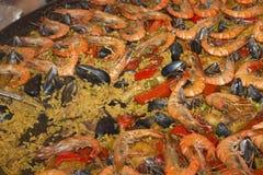 在大煎锅的海鲜肉菜饭。 免版税库存照片