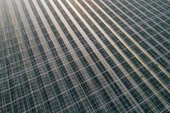 在大现代玻璃房子的空中寄生虫视图 免版税库存图片