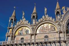 在大理石和金子和正门做的特写镜头雕塑在圣Marco大教堂在威尼斯 库存照片