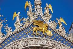 在大理石和金子和正门做的特写镜头雕塑在圣Marco大教堂在威尼斯 免版税图库摄影