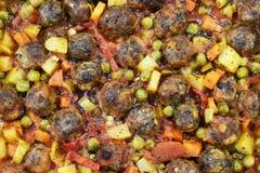 在大理石地板上,与菜的丸子,在玻璃烘烤的盘 免版税库存照片