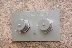 在大理石墙壁上的自动喷水隆头储水塔 免版税图库摄影