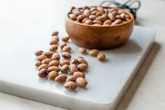 在大理石委员会的未加工的干斑豆有木碗/扁豆的 免版税图库摄影