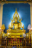 在大理石寺庙或Wat Benchamabophit寺庙,曼谷泰国的金黄菩萨雕象 库存照片