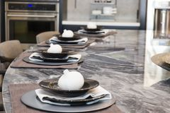 在大理石柜台的四个餐位餐具 库存照片