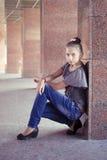 在大理石柱附近的十几岁的女孩 库存图片