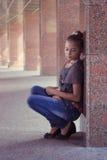 在大理石柱附近的十几岁的女孩 免版税库存照片