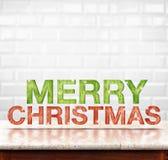 在大理石桌上的圣诞快乐木纹理与白色陶瓷 免版税图库摄影