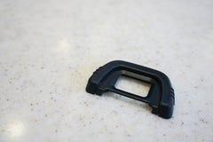在大理石桌上的照相机橡胶洗眼杯 免版税库存照片