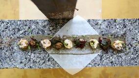 在大理石桌上的线供食和装饰的地方印地安食物 股票录像