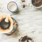在大理石桌,方形的庄稼上的Chemex染黑被过滤的咖啡 免版税库存照片