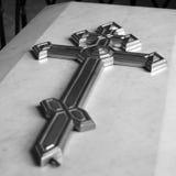 在大理石棺材的一个十字架 库存照片