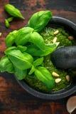 在大理石灰浆的绿色蓬蒿Pesto与松果和大蒜 免版税库存图片