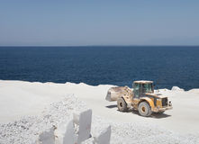 在大理石猎物的推土机在海岛上 库存图片
