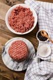 在大理石的新鲜的未加工的汉堡小馅饼 免版税库存照片