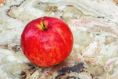 在大理石的红色苹果计算机 图库摄影