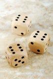 在大理石石桌上切成小方块 免版税库存照片