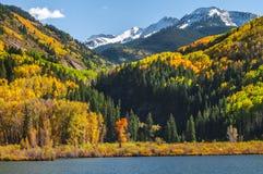 在大理石科罗拉多附近镇的Beaver湖  图库摄影