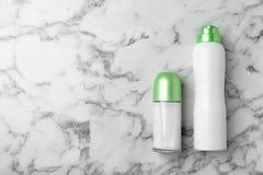在大理石背景的不同的防臭剂 应用关心皮肤透明油漆 免版税库存照片