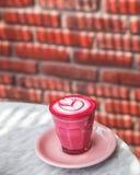 在大理石背景的五颜六色的桃红色超级拿铁 库存照片