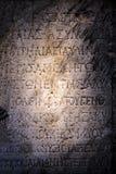 在大理石背景的古老字母表 库存图片