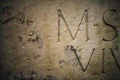 在大理石背景的古老字母表 免版税库存图片