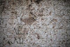 在大理石背景的古老字母表 库存照片